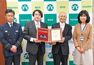 表彰状を持つ(中央左から)館校長と秋本会長