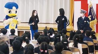 入学式に登場したマリノスケ(左端)と吉仲課長(右端)ら
