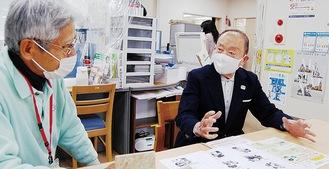 鬼頭理事長(左)に犯罪手口等を説明する篠崎区代表