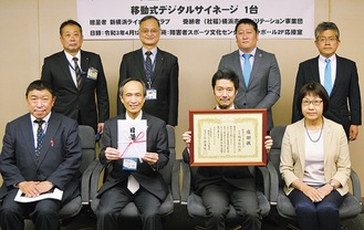 橋本会長(前列中央右)と小出理事長(同左)ら