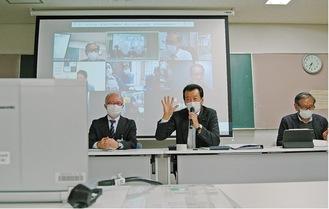 オンラインでの参加者に質問有無を確認する酒井会長(中央)