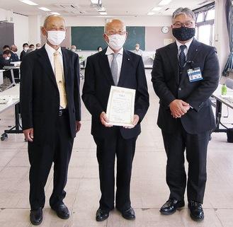 (左から)秋本会長、飯山前会長、鵜澤区長