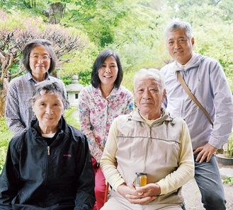 菅野さん夫婦(前列)と(後列右から)肥後健志さん・貴美子さん、横溝さん