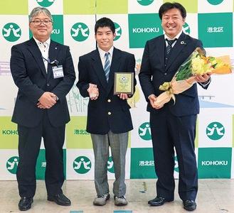 笑顔を見せる(左から)鵜澤区長、村田悠磨さん・竜一さん