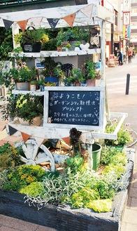 メッセージボードを始めとして、さまざまな楽しい工夫がほどこされているF・マリノス通りの植栽