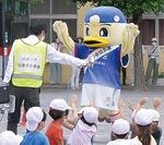 アネスト岩田(株)の社員が同社製品を活用し水のミストをかける場面も