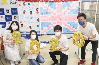 学生からのメッセージカードでできた英国国旗