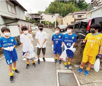 7月3日、清掃活動に取り組む選手たち(クラブ提供写真)