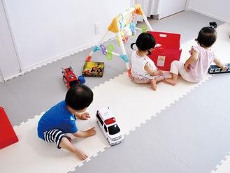 自由におもちゃで遊ぶ子どもら