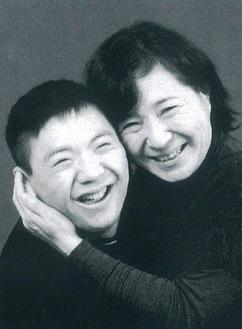 障がいのある子とその親の「笑顔」を切り取った作品〈出展写真の中の一枚〉
