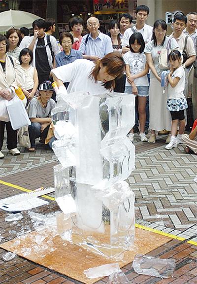 氷彫刻の腕競う