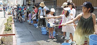 打ち水で環境問題 学ぶ