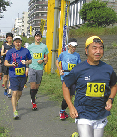 鶴見川河川敷を走る