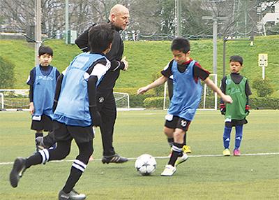 世界のサッカー技術学ぶ