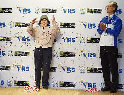 笑顔の立川さん(左)と神山館長