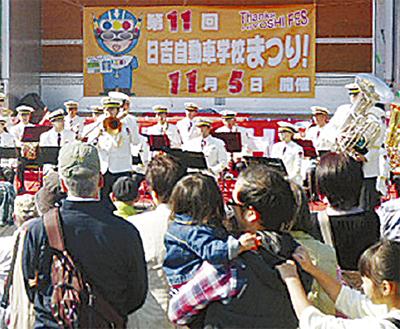 演奏する県警音楽隊