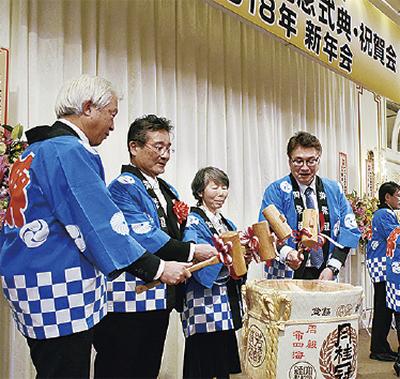 式典後の新年会で鏡割りを行う保刈会長(左から二番目)