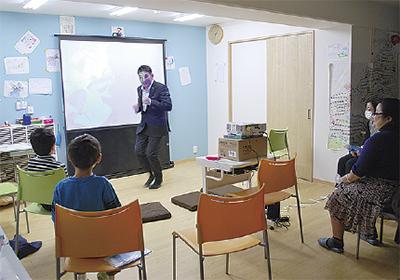 上映中の注意点を教える大畑慶高代表