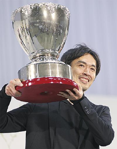 満面の笑顔で優勝カップを手にする小泉さん