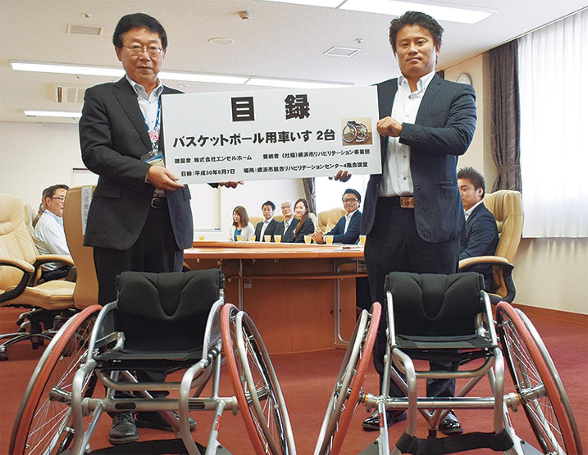 目録を手にする大八木理事長(左)と橋本代表取締役