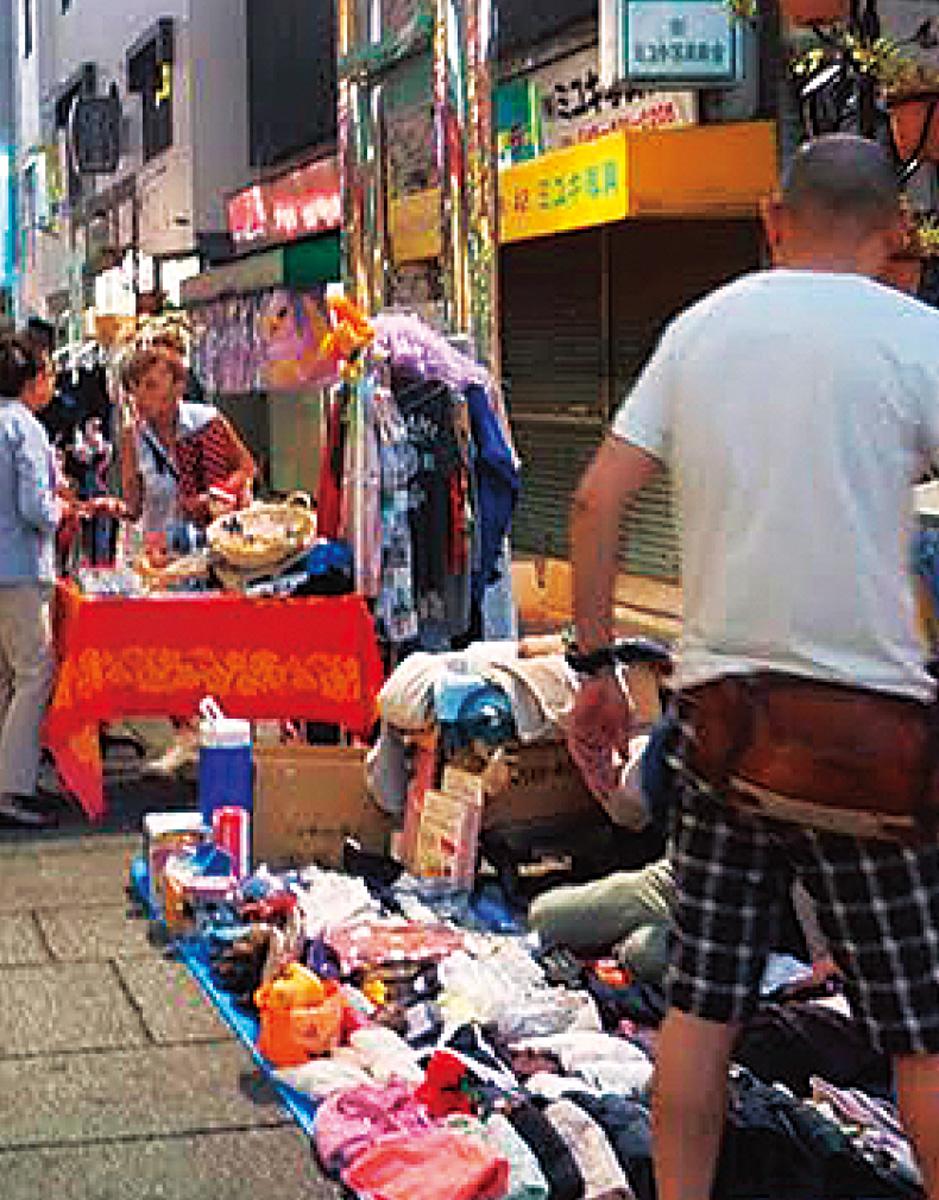 衣料や雑貨などが並ぶ