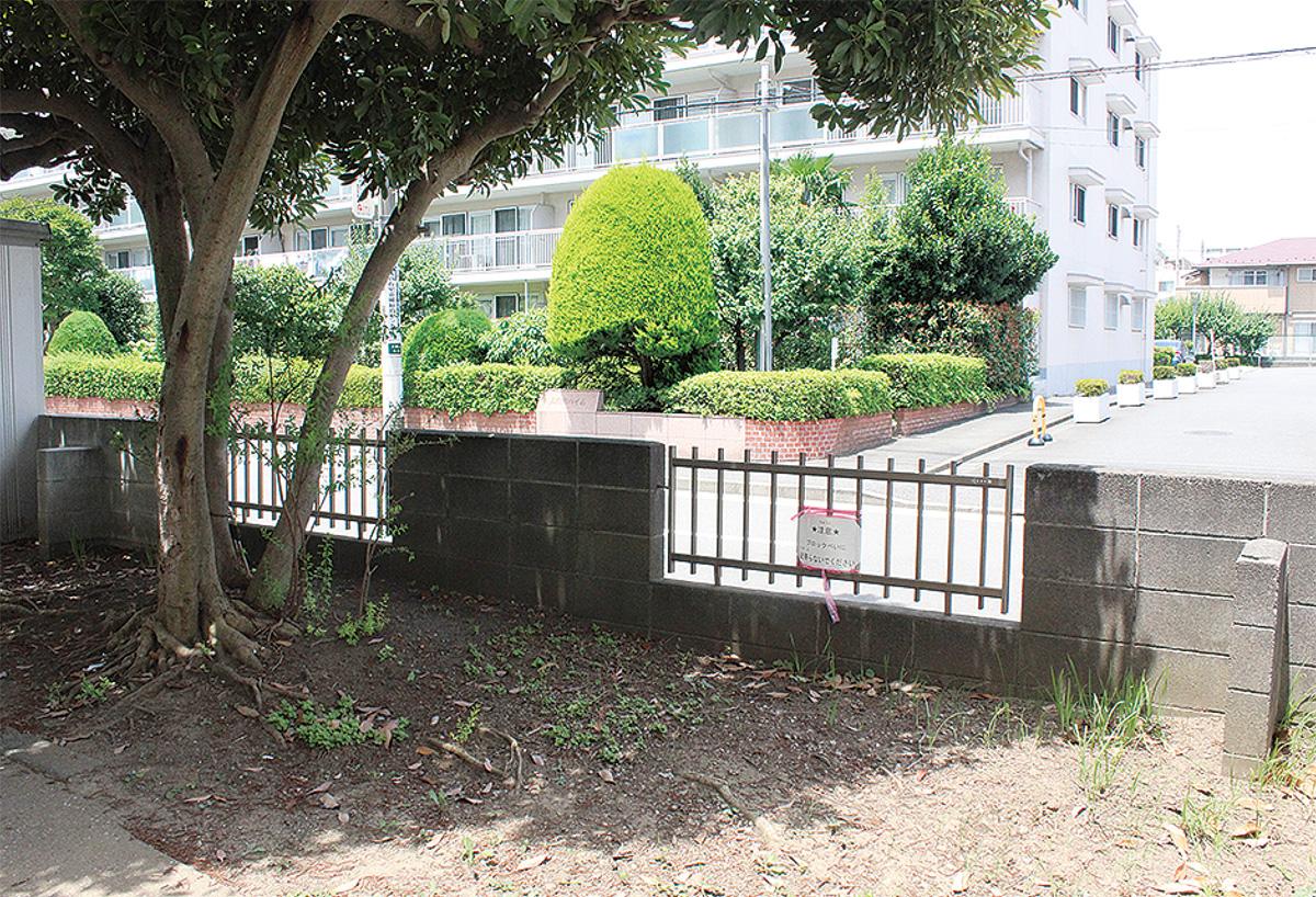 道路に面した塀を垂直に支えている左右端のブロックが控壁(大納小)