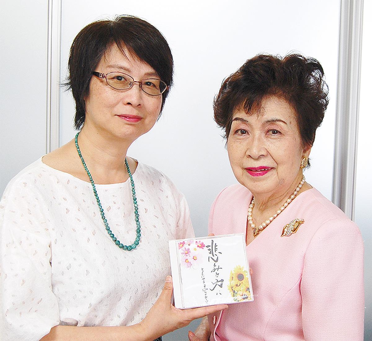 CDの紹介をする大庭館長(右)と高田理事長