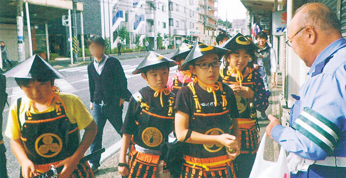 ハロウィーンイベントで甲冑を着て街を巡る子どもたち