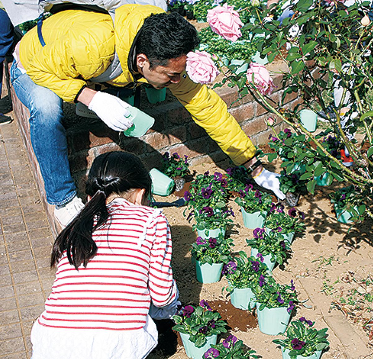 花を植える親子