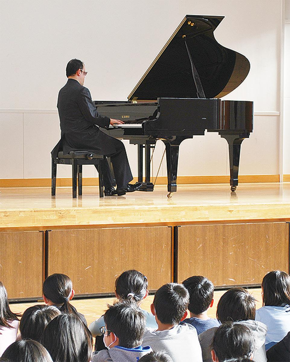 盲目のピアニストが演奏会