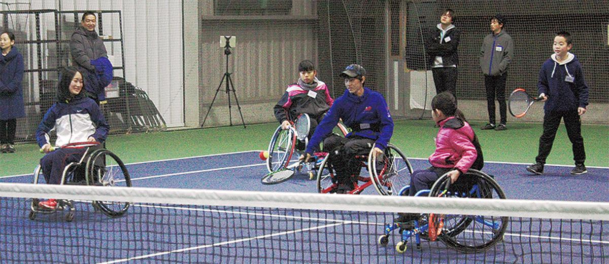 車いすテニスを楽しむ参加者たち