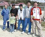 柴田社長(左)と被災地の子どもたち