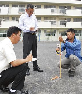 校庭の放射線量を測定(青葉区みたけ台小)