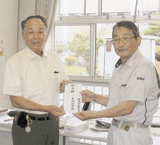 鈴木副町長(右)に義援金を手渡す平野会長(左)
