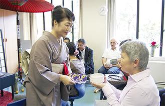 日本の文化を伝えるお茶のコーナーも