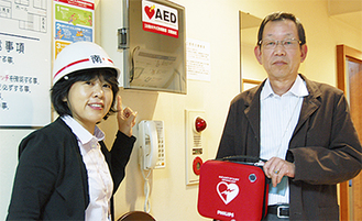 消防担当の鈴木博さん(右)と広報担当の国武洋子さん(左)