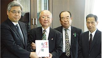 3県の所長に手渡した。写真は左から星春男福島県東京事務所長、志村一郎会長、岩嶋伸幸副会長、井上照男副会長