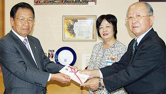 河井委員長(左)から志村会長(右)へ浄財が手渡された