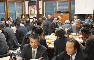 料理と会話を楽しむ参加者