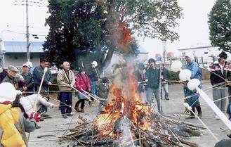 どんど焼きの火でお団子を焼いた
