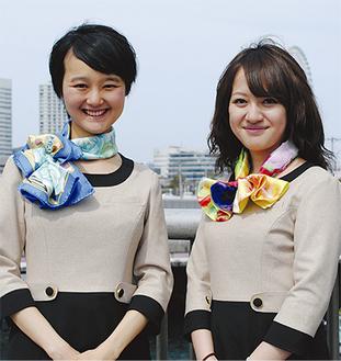 色鮮やかなスカーフを纏う大使の2人