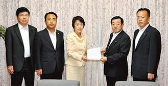 8月22日に要望書を提出(左側が筆者)