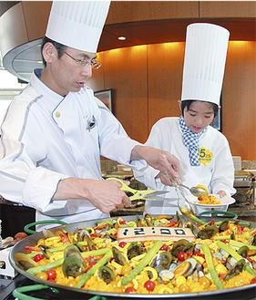 曽我部総料理長(左)と一緒に料理を提供する舟田さん