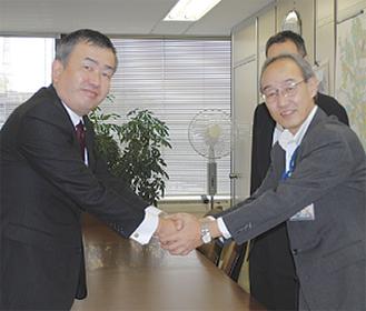 友田道路局長(右)とヤマト運輸関東支社の長尾支社長