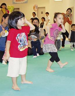 音楽に合わせて一生懸命踊る子どもたち
