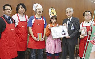 鈴木副市長(右から2人目)にメッセージを手渡す岩室さん