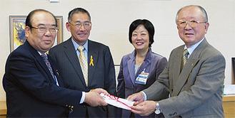 岩嶋実行委員長(左)から手渡された