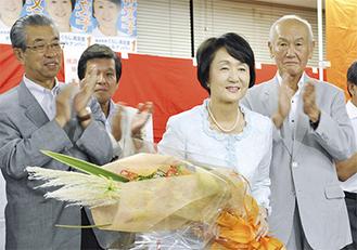 花束を手にあいさつをする林氏