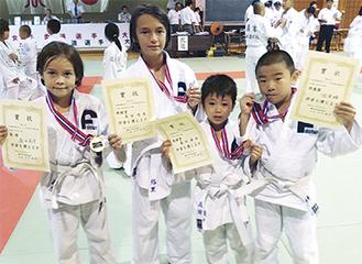 メダルを手にするジュニア選手