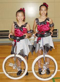 笑顔を見せる山本さん(左)と吉川さん